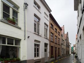 Ruime gerenoveerde rijwoning met 2/3 slaapkamers nabij de Speelmansrei. Dit pand is gelegen in hartje Brugge op een boogscheut van de markt, winkels,
