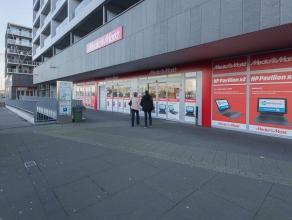 Door zijn ligging in de herontwikkelde stationsbuurt te Brugge, een modern gemengd project met actuele architectuur, is het Retailproject Groen Brugge