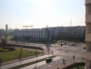 Modern en instapklaar appartement met open zicht op het stadhuis en de watertoren van Oostende. Ruime zonnige living met moderne keuken ingericht met