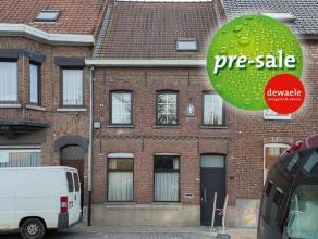 Prachtige woning met 3 slaapkamers en zonnige tuin te Rumbeke/Roeselare.   Deze werd volledig gerenoveerd.   Omvat:  Gelijkvloers:  Inkom met ve