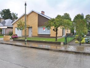 Ruime woning gelegen in rustige residentiële wijk met 3 slaapkamers, garage en zonnige tuin.  INDELING: Glvl.: Inkomhal met vestiaire - woonka