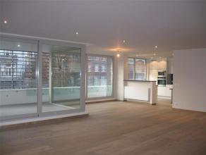Dit nieuwbouw appartement leent zich uitermate goed tot ruim en aangenaam wonen op een zeer centrale locatie in het hart van Gent.  De sfeer in de r