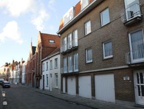 Ruim appartement met 3 slaapkamers nabij het Astridpark.  INDELING: 3°V.: Inkomhal (7m²) - woonkamer (35m²) met parket - geïnsta