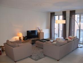 Centraal gelegen (op wandelafstand van de markt), gezellig appartement met 2 slaapkamers.   INDELING: Inkom (7m²) - toilet met lavabo - living
