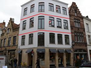 Prachtig nieuwbouwappartement met 1 slaapkamer in hartje Brugge op 2 minuten van de markt, vlakbij winkels, openbaar vervoer,...  Indeling: -1eV: