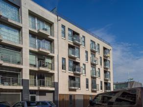 Ruim appartement met zijdelings zeezicht. Gelegen op een zucht van de zee te Zeebrugge.   Indeling: lichtrijke living met open keuken - terras voor-