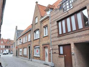 Ruime woning met 3 slaapkamers en zonnig dakterras.  INDELING: Glvl.: Inkom(8m²) - woonkamer (17m²) in parket - eetplaats (11,5m²) -