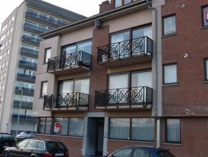 Gezellig appartement met tuin en privé autostaanplaats aan station, op wandelafstand van winkelstraten. Inkomhall, living met open inger. keuk