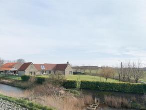 Deze landelijke woning en de bijgebouwen, op een oppervlakte van 3967 m², werden totaal gerenoveerd. Voor de afwerking werd gekozen voor hoogwaar