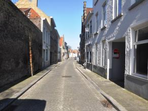Autostaanplaats in het centrum van Brugge nabij het Astridpark.  Afmetingen: - Lengte: 4,95m - Breedte: 4,20m  - Huurprijs: € 50,00