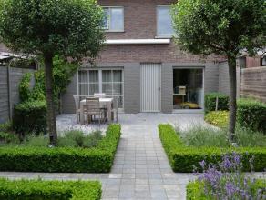 Deze recente bel-étage heeft vier slaapkamers, dubbele garage, badkamer met welnessfaciliteiten en zongerichte tuin. De woning is gelegen in ee