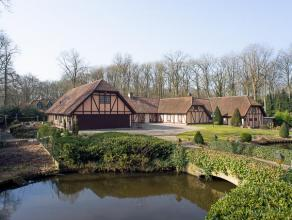 Deze schitterende en zeer hoogwaardig afgewerkte villa is gelegen in het residentiële Waaroostpark met een prachtige tuin die garant staat voor d
