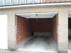 Nieuwbouwgarage (16m²) met kantelpoort in garagecomplex.  Uitstekend gelegen in het centrum van Izegem, nabij de Gentsestraat.