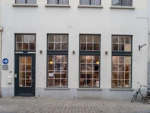 Handelsgelijkvloers op zeer centrale ligging in het centrum van Brugge.  Indeling: Gelijkvloers bestaande uit winkelgedeelte (90m²), achterlig