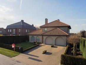 Prachtige Spaanse villa met omvangrijke tuin gelegen in rustige buurt!  De woning bestaat uit:  Gelijkvloers: aparte inkom met vestiaire - toilet