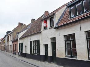 Gezellige rijwoning met 1 slaapkamer en ruime stadskoer (45m²). De volledige gerenoveerde woning is rustig gelegen, in hartje Brugge.  INDELING