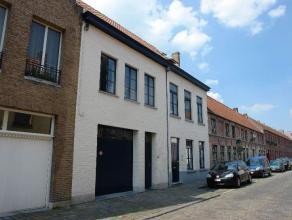 Ruime garage (25m²) met plaats voor 1 wagen, gelegen nabij 't Zand en het station. Deze garage beschikt over een automatische poort.  - Huurpri