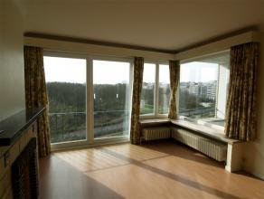 Woonappartement gelegen langs de mondaine Hendrik Serruyslaan met open zicht over het park. Het appartement is gelegen aan de volle zonnezijde in een