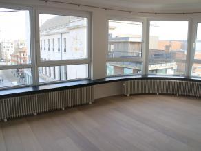 Prachtig hoekappartement gelegen op het Wapenplein en met open zicht op het plein zelf. Het appartement bestaat uit een vernieuwde ingerichte keuken,
