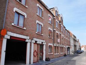 Ruim appartement (2°V.) met 2 slaapkamers op rustige ligging te Brugge  INDELING: 2°V.: Inkom met gastentoilet en vestiaire - woonkamer (35