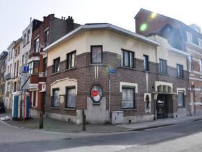Gemeubelde studio te Blankenberge. De studio is gelegen in een rustige straat tussen de jachthaven en de grote markt.  INDELING: Glvl: woonkamer (1