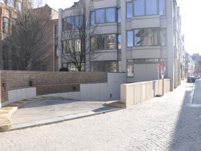Staanplaats (nr. 17) met plaats voor 1 wagen in hartje Brugge.  - Huurprijs: € 85,00