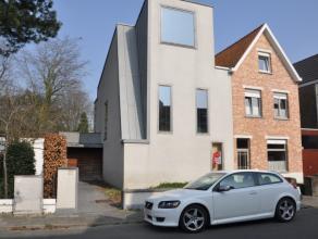 Ruime moderne woning met 4 slaapkamers en tuin. Zeer centrale ligging (station - scholen - centrum - E403).  INDELING: Glvl: Inkom met vestiaire en