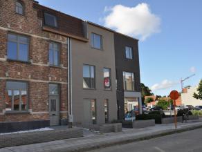 Ruime nieuwbouwwoning met 4 slaapkamers in Sint-Michiels. Deze woonst geniet van een centrale ligging nabij  invalswegen, station, scholen ... De woni