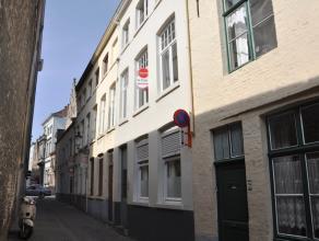 Charmante rijwoning in hartje Brugge met 3 slaapkamers.  INDELING: Glvl: Inkom - berging - woonkamer (21,5m²) - keuken (9m²) voorzien van