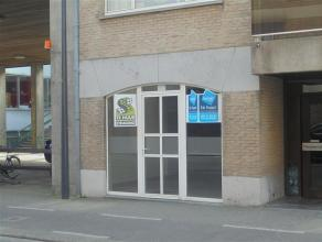 Centraal gelegen handelspand van 45m², geschikt voor invulling als winkel of kantoor. Polyvalente ruimte van 45m² met stockageruimte + toil