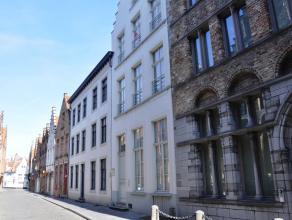 Deze kwalitatief gerenoveerde (°2009) duplex ligt op wandelafstand van de Markt en biedt u oa. 3 slaapkamers, een ruime living met authentieke ele
