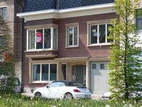 Dit grote (125 m²) en zeer lichtrijk appartement bevindt zich in het hartje van Dendermonde, dicht bij winkels, scholen, openbaar vervoer, zwemba
