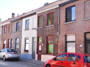 Rijwoning met 2 slaapkamers en terras.  INDELING: Glvl.: Inkomhal (5m²) - keuken (5m²) voorzien van kookplaat, dampkap, gootsteen en kast