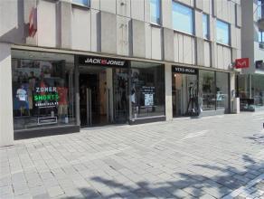 Handelsruimte van ca. 698m² in de Ooststraat te Roeselare.  Gelegen nabij de Grote Markt, New Paris Londres, Zara, Ici Paris, Caroline Biss ...