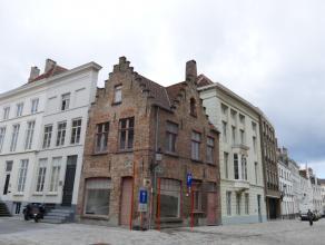 Praktijkruimte/kantoor (ca. 35m²), gelegen aan het Sint-Maartensplein in het hartje van Brugge  Indeling: - Praktijkruimte (23,5m²) - Wa