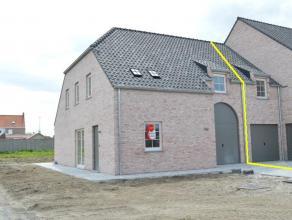 Nieuwbouwwoning met 4 slaapkamers, garage & tuin! Gelegen nabij Roeselare/Beitem.  De woning heeft volgende indeling: GELIJKVLOERS: inkom, ap