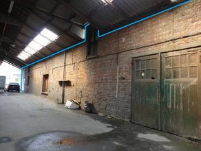 Opslagplaats 180m² (6,5m x 28m), toegankelijk via 2 dubbele deuren.   Voor de toegangsdeuren beschikt men over een overdekte gang voor laden/lo