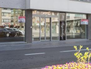 Nieuwbouw handelsgelijkvloers op een zeer goeie ligging in het centrum van Gistel.  Indeling: Handelsgelijkvloers (227m²) bestaande uit winkel