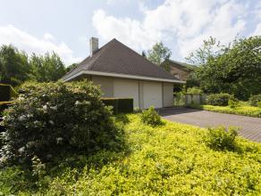 Zeer royale vrijstaande villa gebouwd in 1992 met dubbele garage en prachtige tuin rondom op een perceel van 1146m². De woning is door de huidige