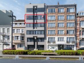 Uniek woon appartement met prachtig zuidgericht terras gelegen in de vernieuwde Koninginnelaan te Oostende.  Zeer ruim appartement met een woonopperv