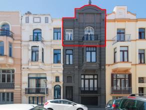 Zeer ruim maar op te frissen duplex appartement met twee slaapkamers in de gezellige Belle Epoquewijk. Bewoonbare oppervlakte bedraagt 80m2. Gelegen o