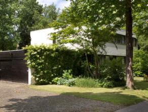 Ruime villa op 1.203m² gelegen in een residentiële, groene omgeving, doch vlakbij het centrum van Sint-Kruis met vlotte verbinding naar het