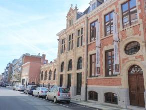 Bankgebouw met kelder, tussenverdiep, verdiep en zolder en de naastliggende directeurswoning. Verhoogd gelijkvloers, omvattende:<br /> <br /> Kelder