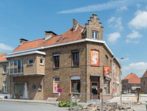 Deze hoekwoning op de wijk Petit Paris is gedeeltelijk te renoveren. Het gelijkvloers is her in te richten. Naast de keuken en de living op het 1°