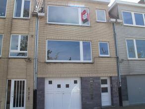 Appartement met vernieuwde keuken gelegen in de Van Tyghemlaan op een zucht van zee en bij het stadion van KVOostende. Rustige straat bij een grote ca
