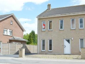 Instapklare woning met 3 slaapkamers, garage en zonnig terras Gelegen in rustige wijk nabij de Mandellaan te Roeselare  Woning heeft volgende indel