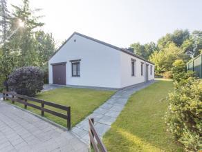 Alleenstaande bungalow met 3 slaapkamers, garage en tuin in een rustige verkaveling te Wevelgem.  Deze charmante woning bestaat uit een inkomhal met