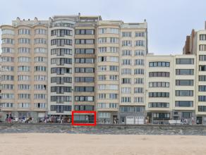 Op te knappen gelijkvloers appartement, gelegen op het autovrije gedeelte van de zeedijk van Oostende. <br /> Het ruime woonappartement (90m2), waarbi