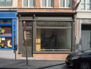Volledig ingericht handelsgelijkvloers op goeie commerciële ligging in het centrum van Brugge.  Indeling: Handelsgelijkvloers (85m²) best