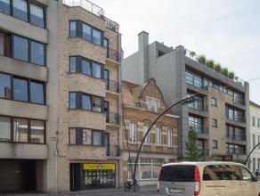 Dit appartement (+/- 100 m²) heeft een uitstekende, centrale ligging. Op 100 m van de grote markt.  Omvat:  Inkom met apart toilet, berging, l